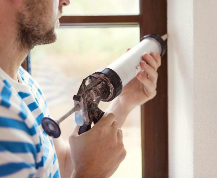 Чтобы избавиться от сквозняков нужно тщательно заделать щели в окнах. Их можно залит силиконовым герметиком или просто заклеить бумагой.