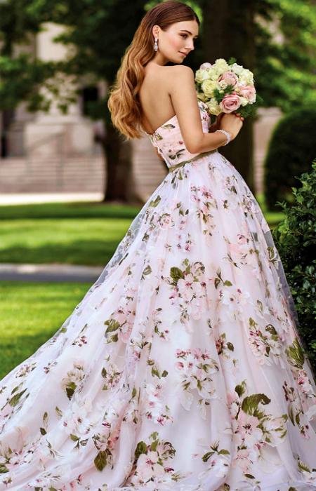Пышное платье с цветочным принтом.