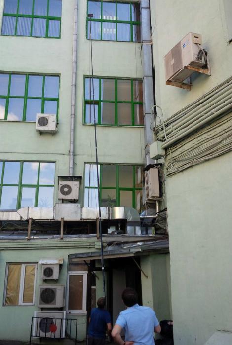 Можно было бы, конечно, изнутри, но снаружи безопасней. | Фото: Fishki.net.