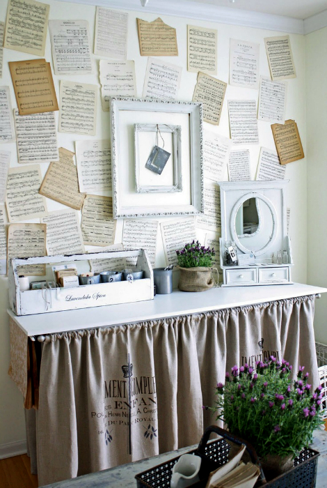 Декор стены страницами книг.
