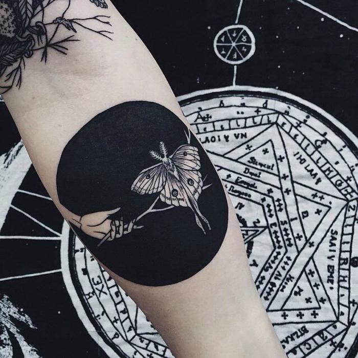 Круглая татуировка в стиле блэкворк.