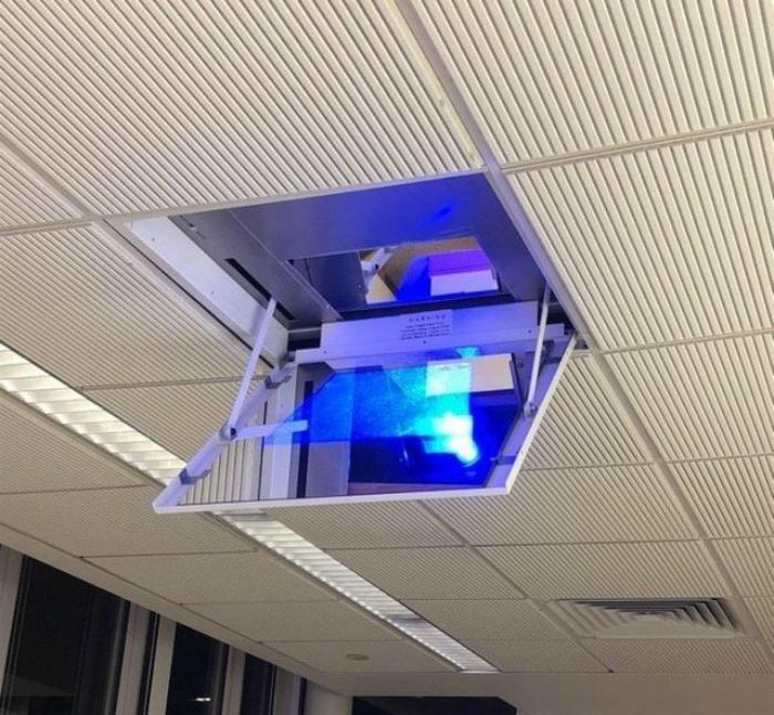 Проектор, встроенный в потолок.