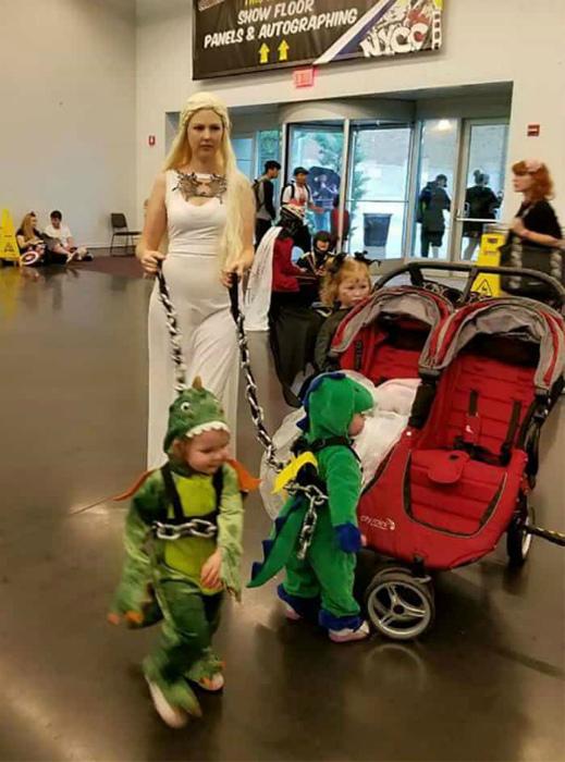 Мать драконов и ее малыши.
