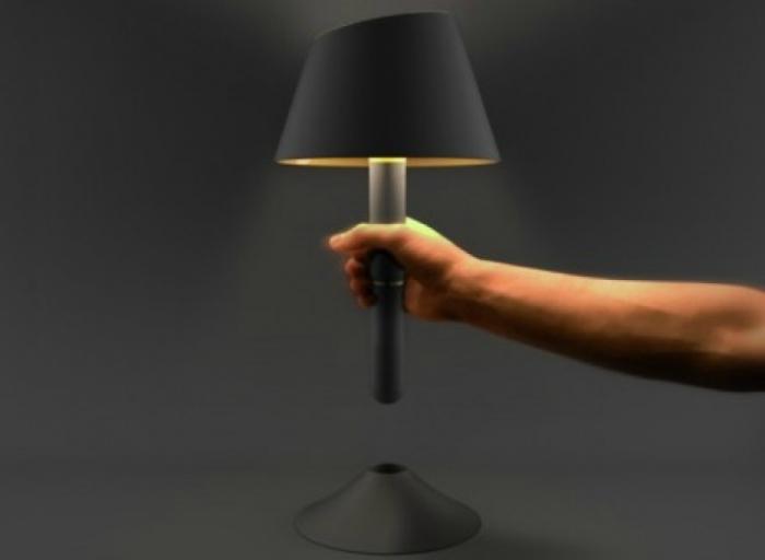 Настольная лампа-фонарик, которая здорово выручит во время внезапных отключения электричества.
