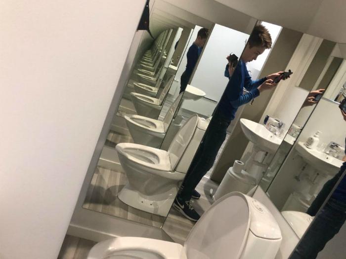 Зеркальный коридор в туалете. | Фото: Twizz.ru.