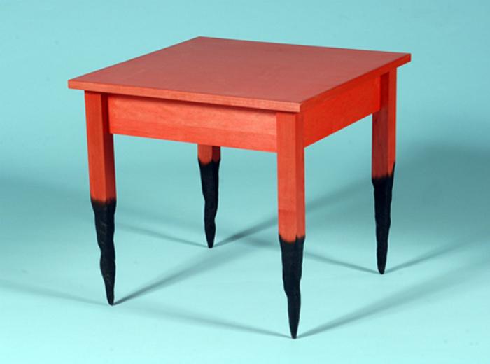 Стол с обугленными ножками от Straight Line Design.