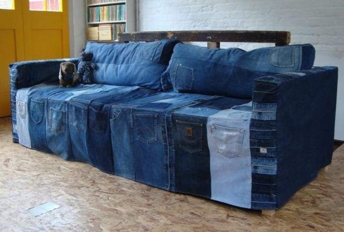 Чехол для дивана, сшитый из старых джинсов.