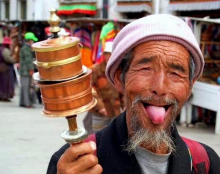 Показывать язык в Тибете.