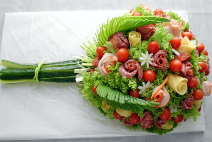 Колбаса и овощи в виде букета.