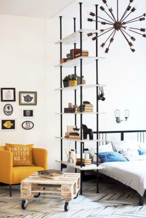 Гостиная и спальня, разделенные стеллажом.