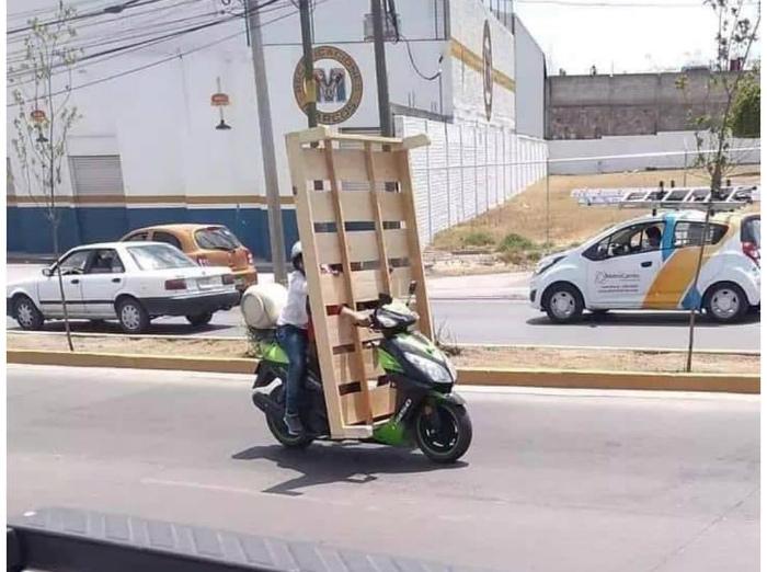 Человек-поддон в пути. | Фото: Picdeer.