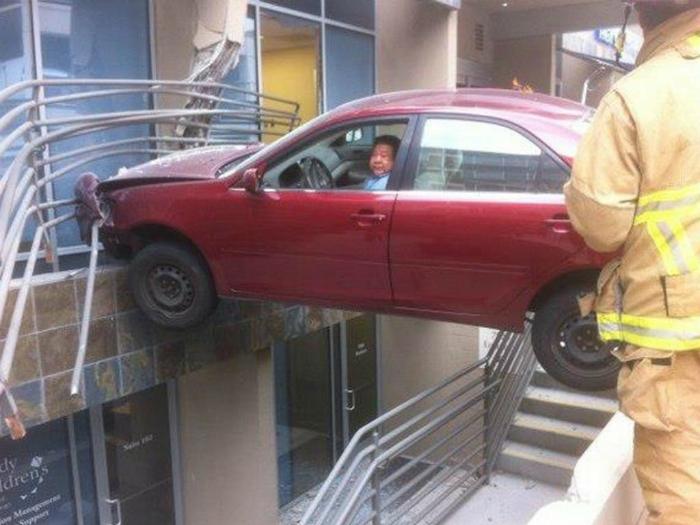 Мужчина решил отправиться в торговый центр на своей машине.