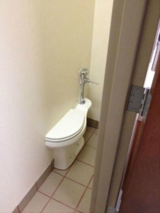 Один унитаз на два туалета.