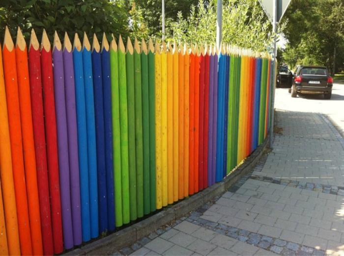 Яркий забор из досок в виде карандашей.