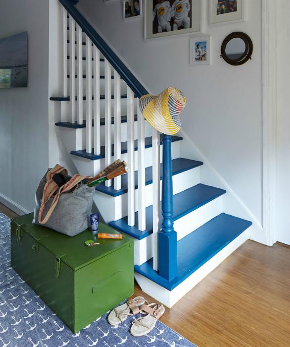 Лестница в бело-голубых тонах.