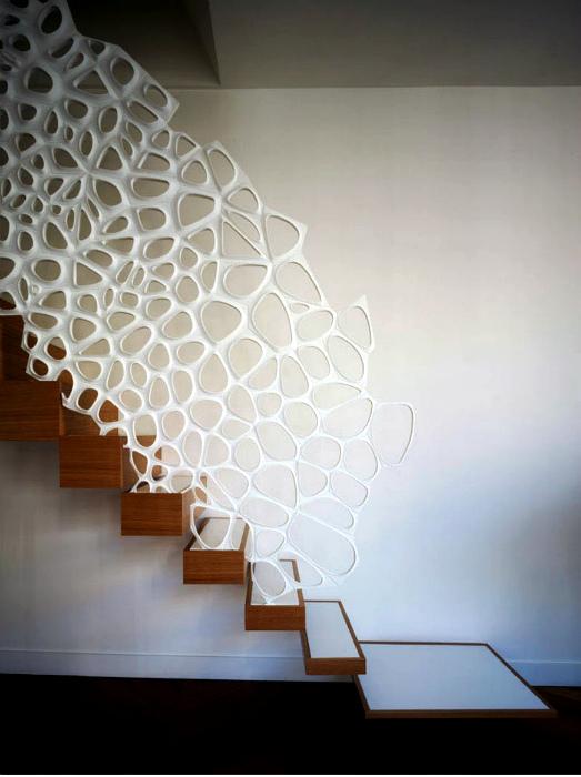 Лестница с креативным перфорированным перилами.