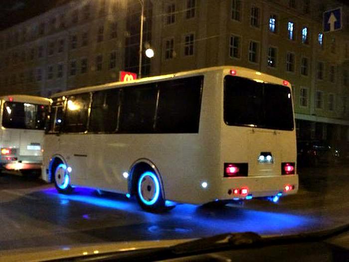 Мистическое свечение автобуса.