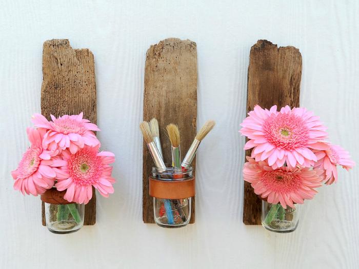 Стильные настенные вазы, которые легко сделать своими руками из деревянного бруска и обыкновенной стеклянной баночки.