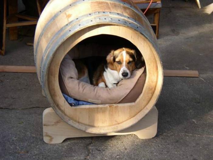 Собачья будка в бочке. | Фото: Pinterest.