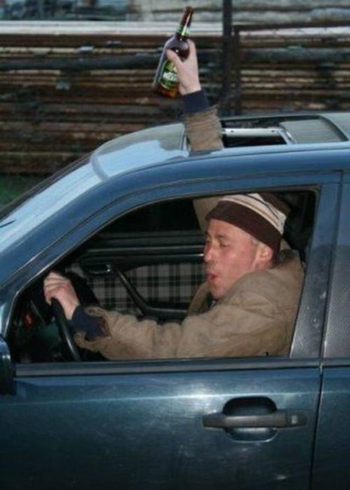 Этот мужчина точно знает, как сохранить пиво холодным.
