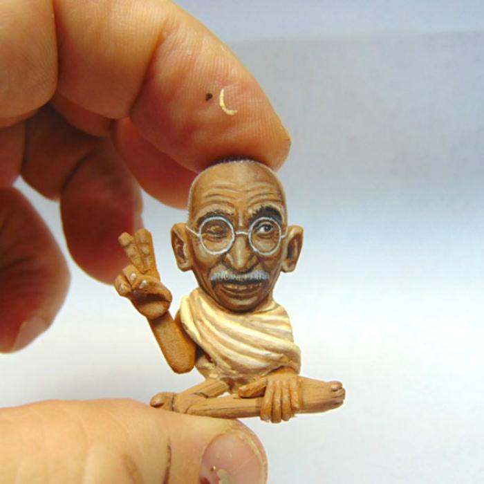 Фигурка индийского политического и духовного лидера Ганди.