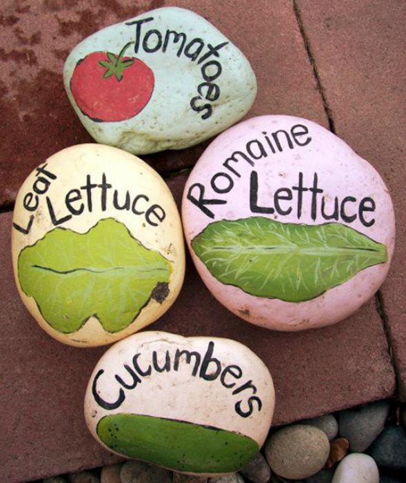 Маркеры с названиями растений из камней.