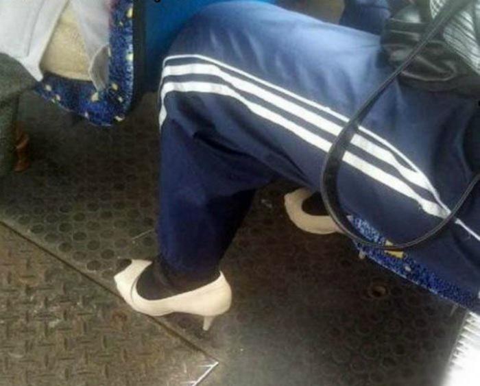 Спортивные штаны, роскошные открытые туфли и теплые черные носки.
