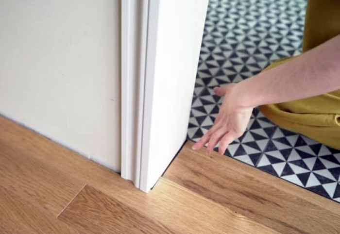Стык напольного покрытия в дверном проеме. | Фото: Домоседы.