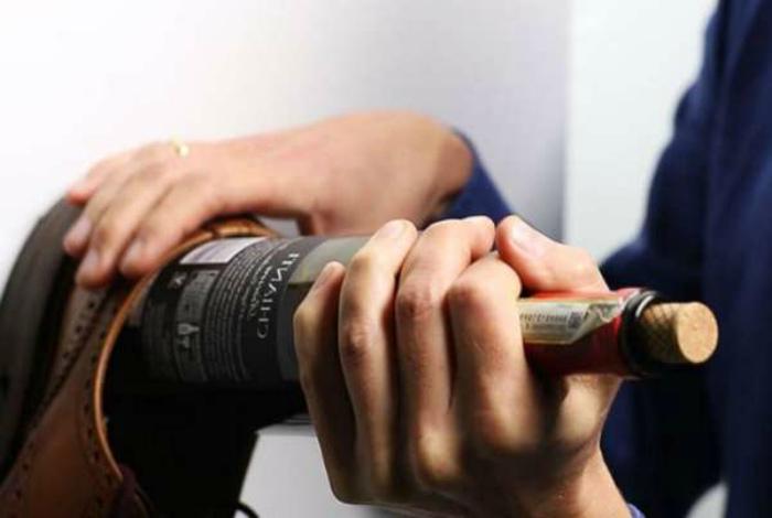Открыть вино без штопора. | Фото: OnKuhnya.ru.