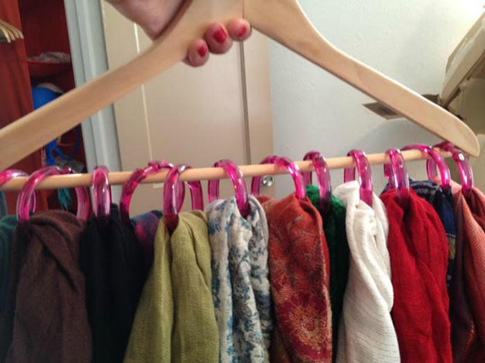 Удобное приспособление для хранения шарфов, которое очень просто сделать из обыкновенной вешалки и колец от душевой шторы.