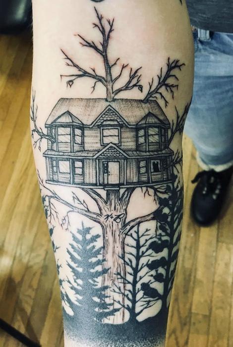 Дерево с инициалами родителей, дом и силуэт собаки.