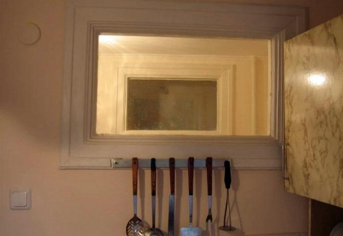 Окно между кухней и ванной. | Фото: Ribalych.ru.