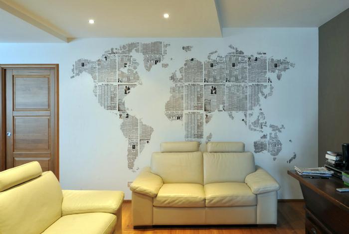 Карта мира на однотонной стене.