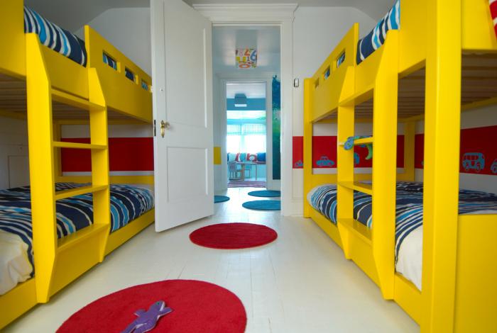 Двухъярусные кровати ярко-желтого цвета.
