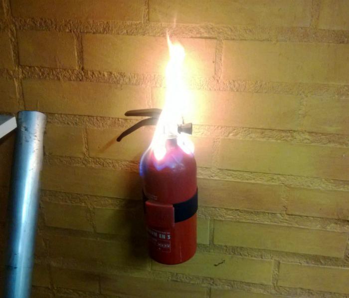 Огнетушитель загорелся.