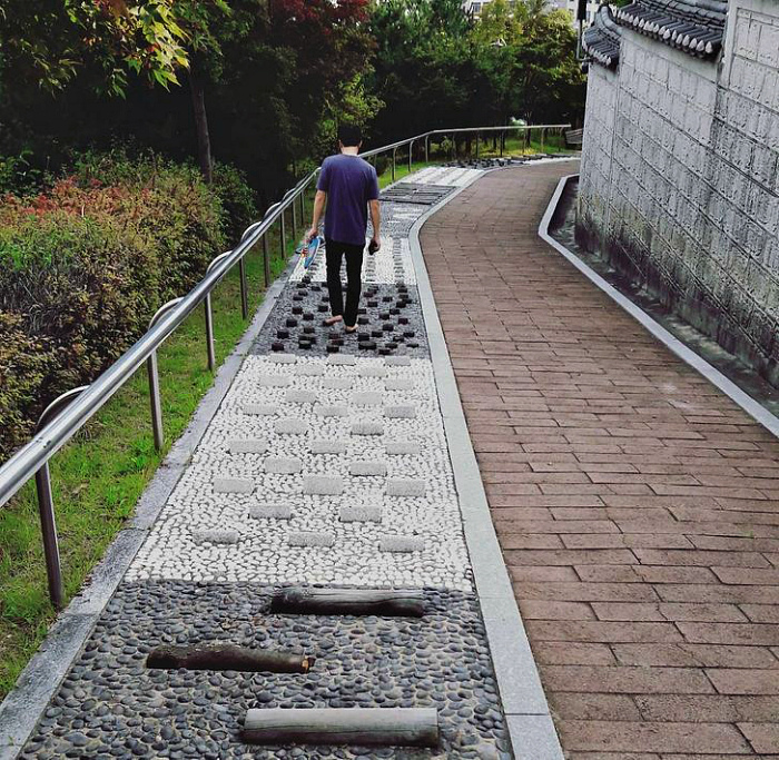 Массажные дорожки для общественного пользования. | Фото: Sympa.