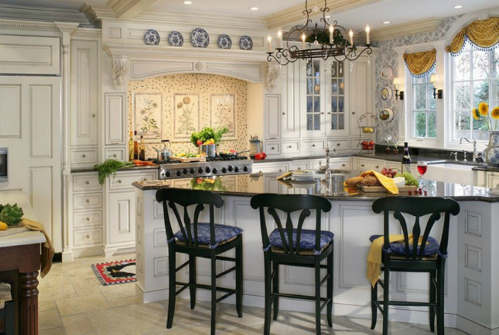Элегантная кухня в пастельных тонах с изящной мебелью и позолоченными элементами.