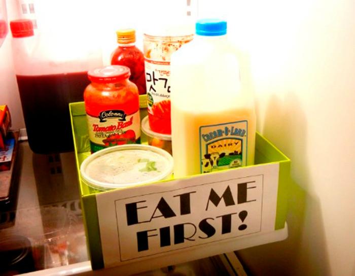 Храните скоропортящиеся продукты на видном месте в коробке с надписью «Сначала съешь меня!»