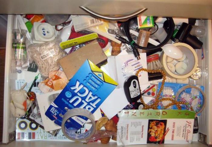 Ящик, полный «нужных вещей».| Фото: odomah.org.