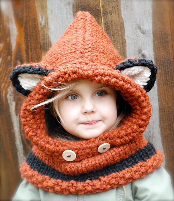 В'язана шапка з лісьімі вушками.