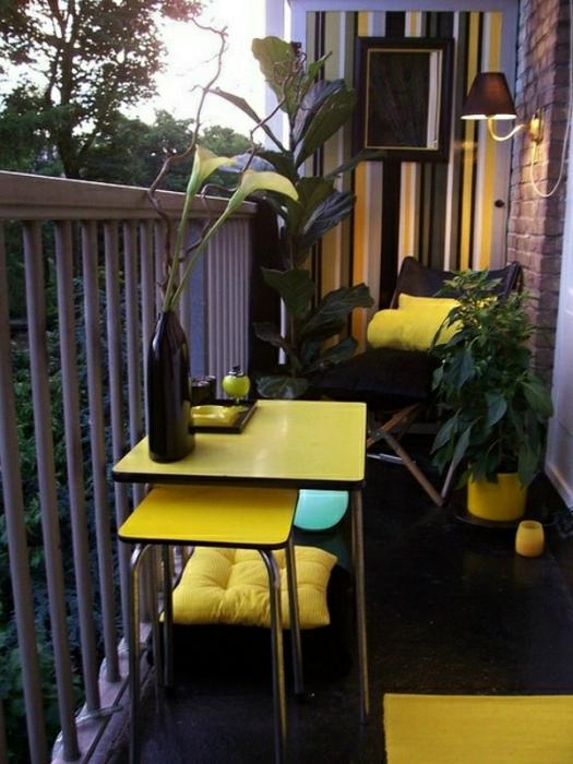 Открытый балкон с желтыми акцентами. | Фото: Своими руками.