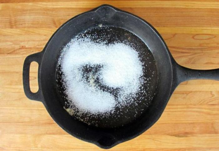 Чистка чугунной сковороды.