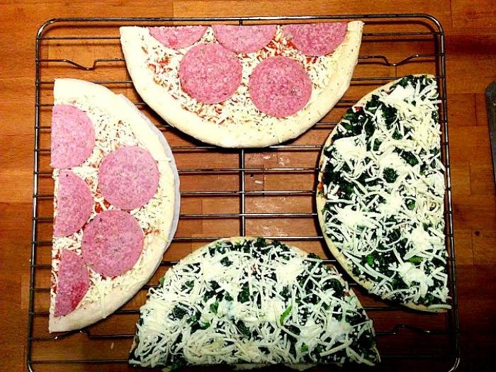 Две пиццы на противне.