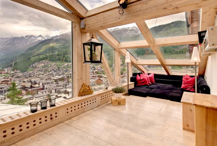 Только натуральные материалы, огромные окна и минимум мебели.