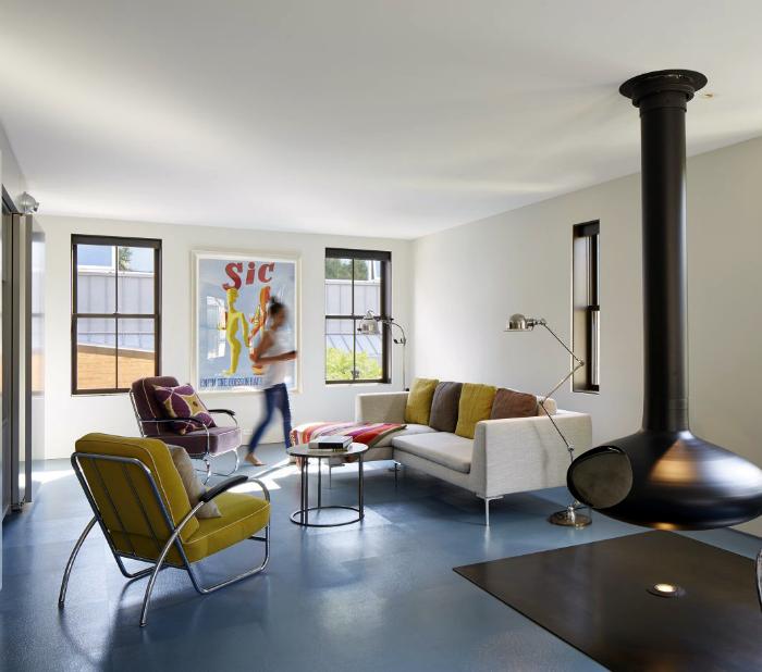 Современная гостиная с элементами стиля поп-арт.
