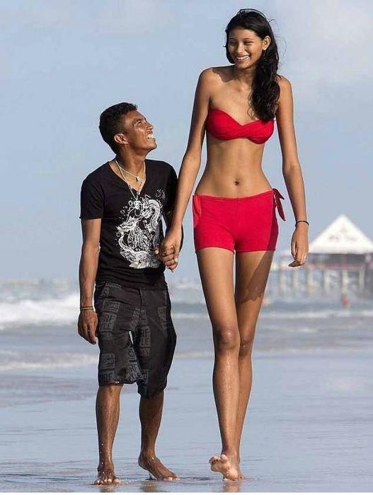 Самая высокая в мире девушка и ее муж.