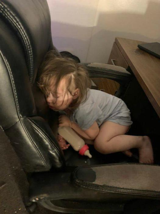 Сон на рабочем месте. | Фото: Это надо видеть!