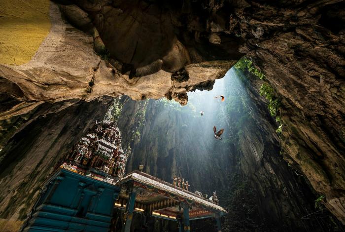 Комплекс известняковых пещер Бату - одна из самых популярных индусских святынь вне Индии, посвященной богу Муруга.