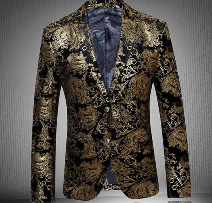 Пиджак из блестящего материала.