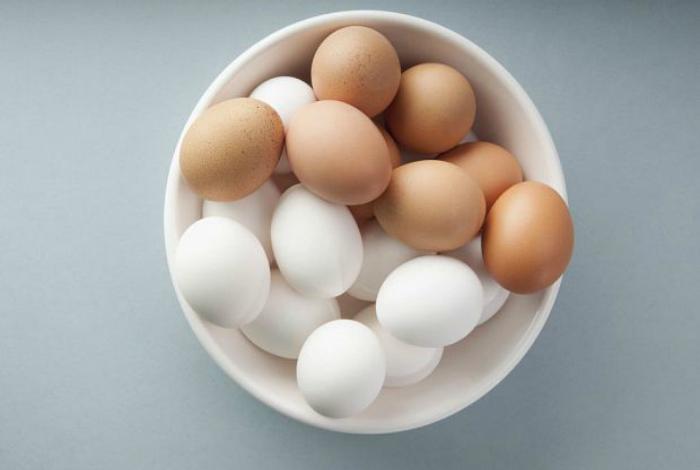 Под воздействием микроволн, в сыром яйце возникает пар, который не находит выхода и скорлупа лопается.